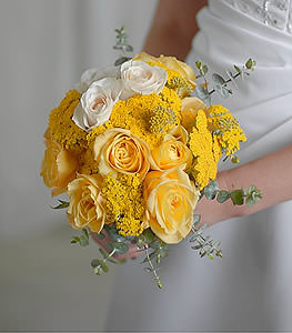 An ideal blend of modern and classic, this charming cluster of yellow and cream roses acts as the perfect accent piece for any special day.