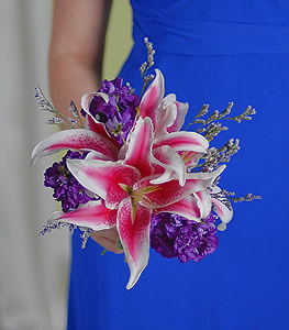 Subtle clusters of purple stock match well with the show-stopping appearance of the dramatic stargazer lilies.